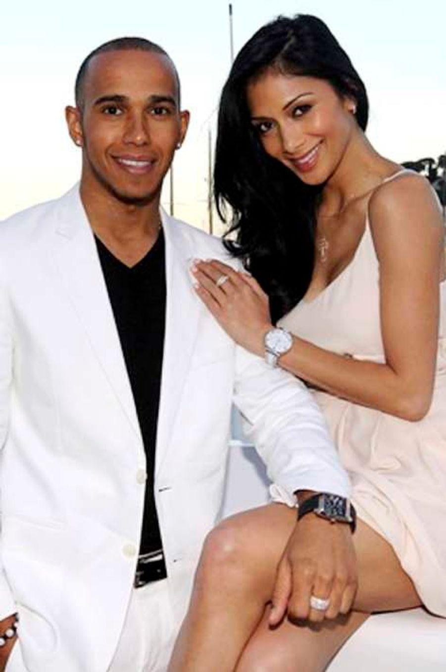 Après cinq années d'une relation chaotique, Lewis Hamilton et Nicole Scherzinger ont de nouveau rompu. Un porte-parole de l'ancienne Pussycat Dolls, âgée de 35 ans, a confirmé la triste nouvelle au Mail Online. La raison invoquée est l'emploi du temps surchargé des deux stars, qui ne leur laisserait que peu de temps pour vivre leur amour. Une source affirme pour autant que la jurée de l'émission X Factor UK est «effondrée». Le pilote de F1 et sa belle brune ont commencé à sortir ensemble en 2007, mais ils s'étaient déjà séparés une première fois en janvier 2010, puis en octobre 2011. En juillet 2012, le jeune homme d'aujourd'hui 28 ans avait été photographié en train d'embrasser une jeune femme, ce qui avait de nouveau fait trembler ce couple infernal. Deux mois plus tard, une rumeur avait dit la chanteuse très proche du bad boy Chris Brown… Retour sur leur histoire d'amour passionnelle en images.