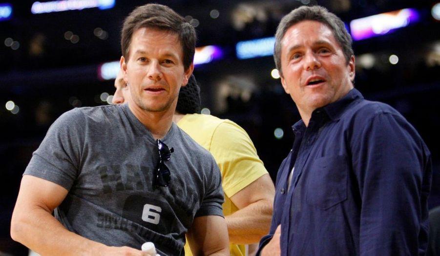 L'acteur Mark Wahlberg et un représentant des studios Paramount.