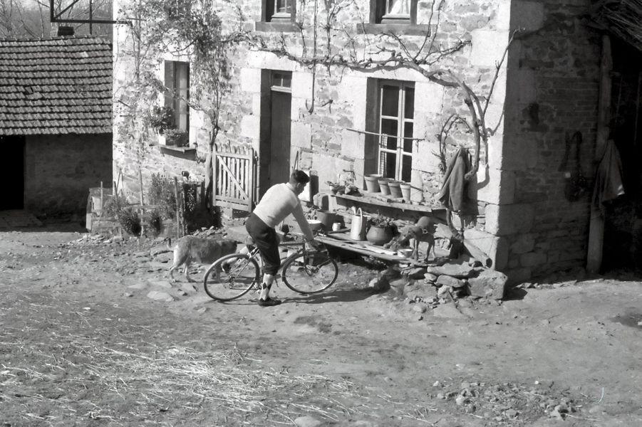 Raymond Poulidor dans la cour de la ferme de Saint-Léonard-de-Noblat, dans le Limousin. Toujours à vélo, bien sûr.