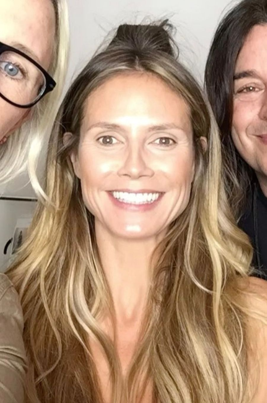 Heidi Klum avec ses maquilleurs.