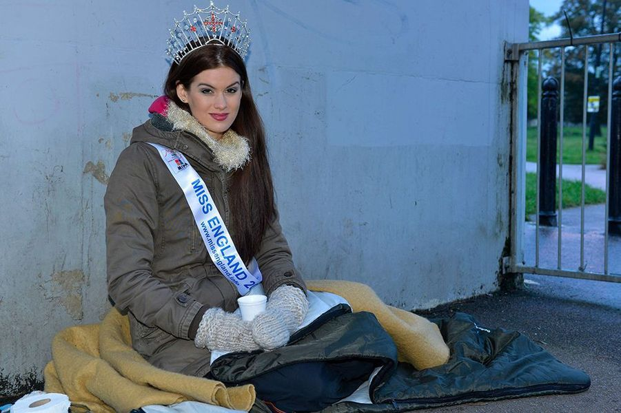 Carina Tyrrell, alias Miss Angleterre 2014, soutien le «World Homeless Day» à Cambridge le 3 octobre 2014