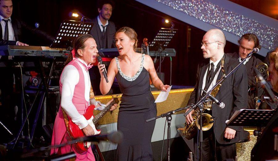 Le chanteur Francis Lalanne donne de la voix aux côtés de Sandrine Quétier.