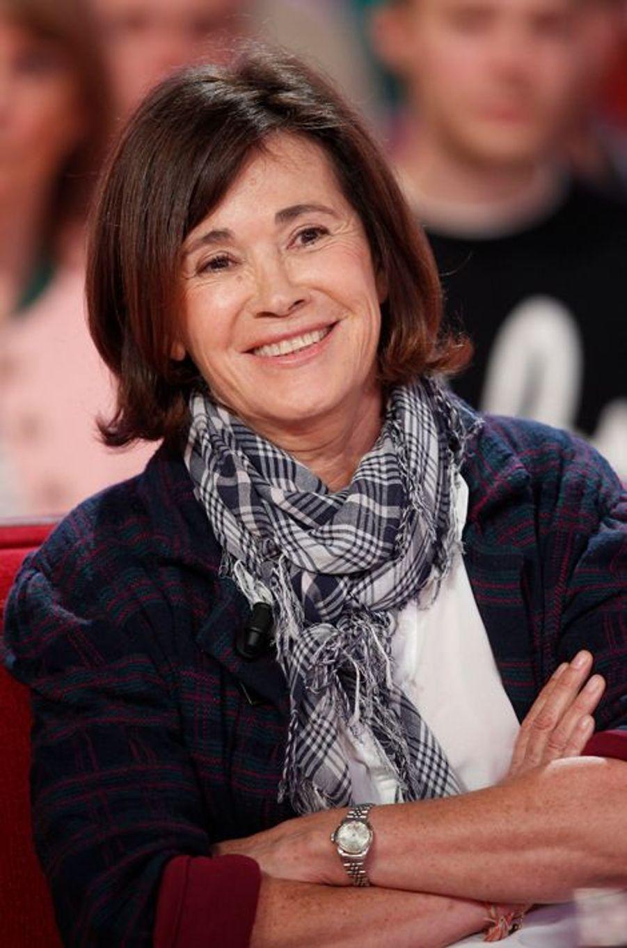 """Martine Laroche-Joubert lors de l'enregistrement de """"Vivement Dimanche"""" David Pujadas, le 2 juin 2015"""