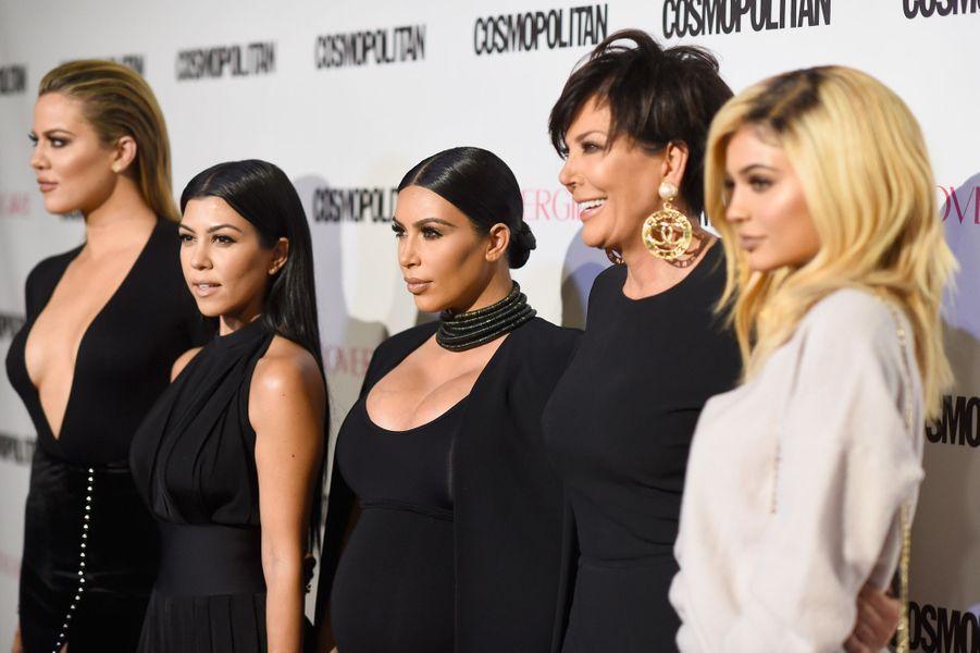 Khloé, Kourtney et Kim Kardashian, entourées de Kris et Kylie Jenner
