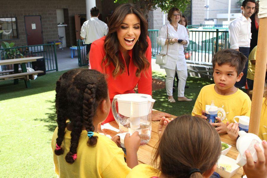 Eva Longoria s'associe à la marque Brita qui en octobre 2014, a offert nombre de carafes d'eau à des dispensaires californiens