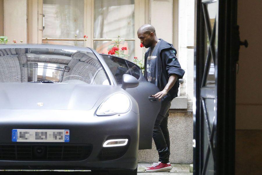 Mardi, le futur époux, Kanye West s'installe à bord de sa voiture, une Porsche Panamera noir mat pas vraiment discrète.