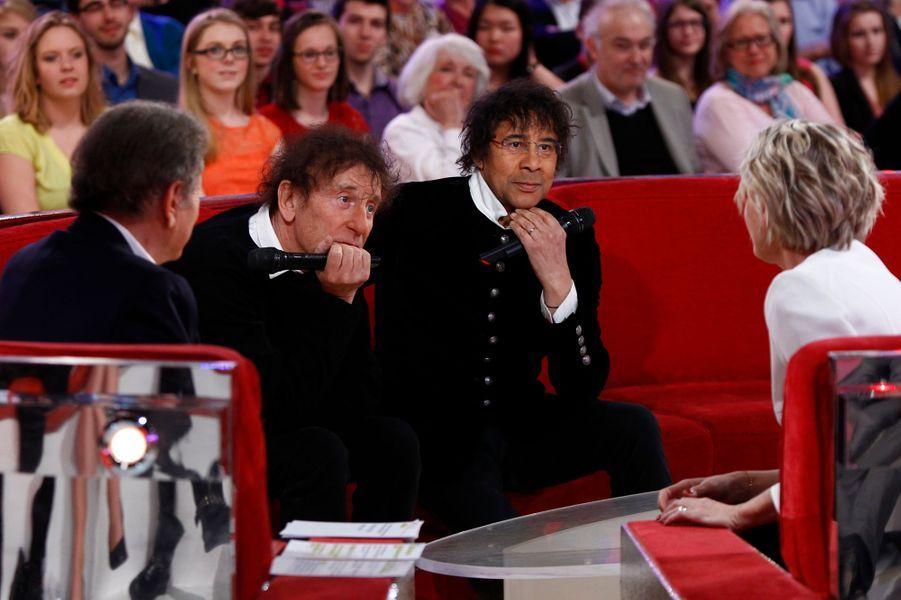 """Sophie Davant avec Laurent Voulzy et Alain Souchon lors de l'enregistrement de """"Vivement Dimanche"""", le 1er avril 2015"""