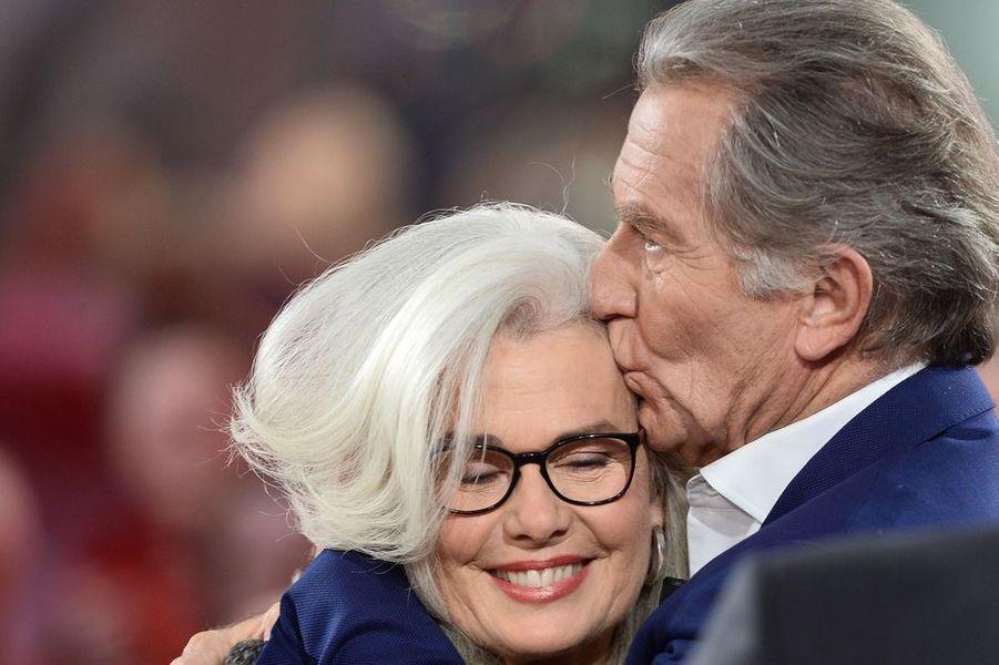 """William embrasse tendrement son épouse lors de l'enregistrement de l'émission """"Vivement Dimanche"""", le 5 novembre 2015"""