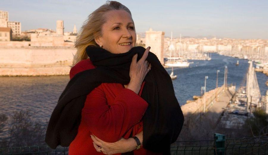 Julie, l'animatrice des « Matinales », protège sa voix du mistral...