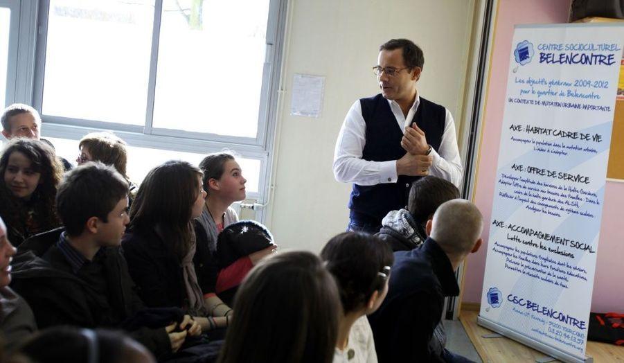 Jean-Luc Delarue répond à des lycéens sur les risques de l'addiction aux drogues lors d'une étape a Tourcoing, dans le cadre de sa campagne de sensibilisation en camping-car, en mars 2011.