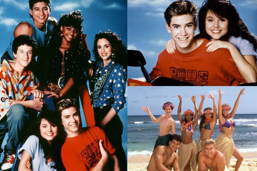 Le 20 août 1989, était diffusée pour la première fois la série «Sauvé par le gong» sur NBC. Cette sitcom, adressée aux enfants et adolescents suivait les aventures de six lycéens au «Bayside High School» en Californie. Pendant quatre saisons, les téléspectateurs ont vu Zack, tomber à amoureux de la belle Kelly Kapowski, se disputer avec sa meilleure amie Jessie, venir en aide à son fidèle Screech – lui-même amoureux de Lisa Turtle - et entrer en concurrence avec le sportif Slater. La joyeuse bande enchaînait les histoires, entre devoirs, colles chez le principal, fêtes et milk-shake… le tout sur fond de rires enregistrés.Et peu importe l'improbable look de Slater et les cheveux (très) gonflés de Jessie, la série, tout comme son générique coloré, sont devenus cultes. Vingt-cinq and plus tard, «Sauvés par le gong» est encore dans toutes les mémoires. Que sont devenus ceux qui étaient des stars dans les années 1990? Si certains profitent d'une belle réussite professionnelle, d'autres ont malheureusement eu bien du mal à retrouver le chemin du succès, enchaînant frasques et scandales. Paris Match vous propose de découvrir en images ce que sont devenus les acteurs de «Sauvés par le gong».