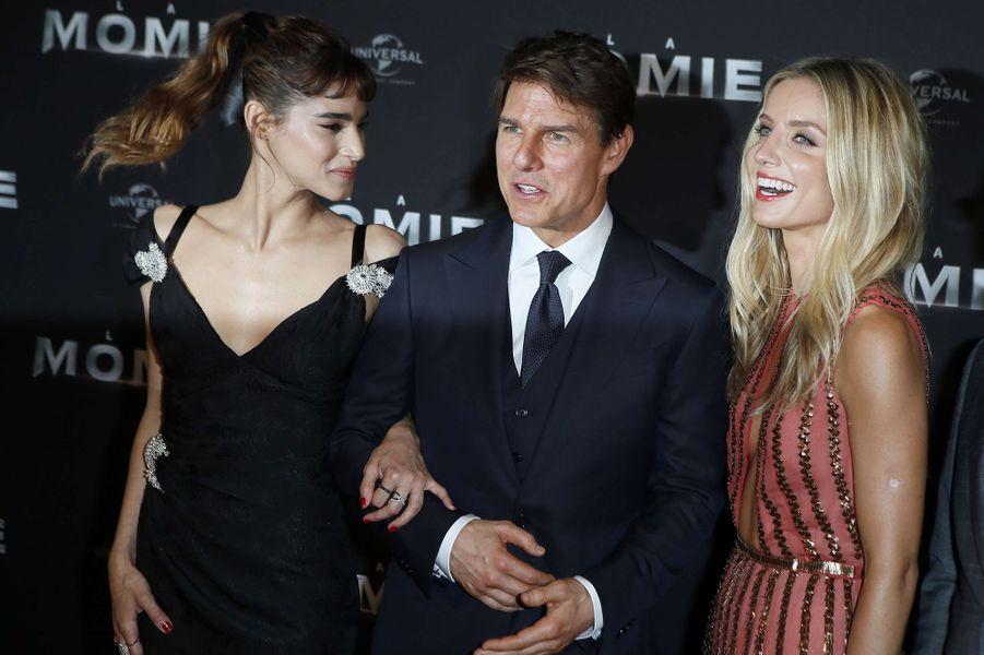 Tom Cruise avec Annabelle Wallis et Sofia Boutella à l'avant-première de «La Momie» à Paris, le 30 mai 2017.
