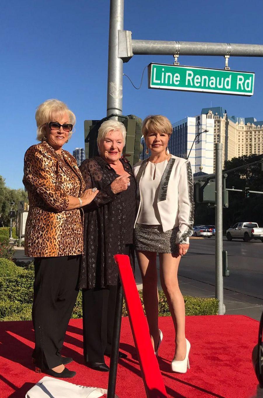 Line Renaud inaugure une rue à son nom à Las Vegas aux côtés deAnnee Nounna, sa «soeur» (à gauche) et la chanteuse Pia Zadora.