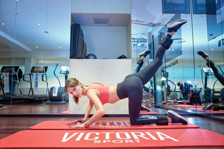Des muscles et des formes : séance de stretching pour Alessandra Ambrosio au Mandarin Oriental, le 29 novembre.