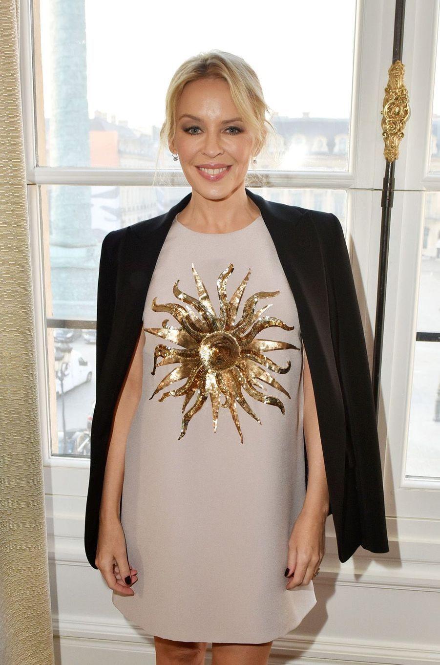 Kylie Minogue avant le défilé Schiaparelli.