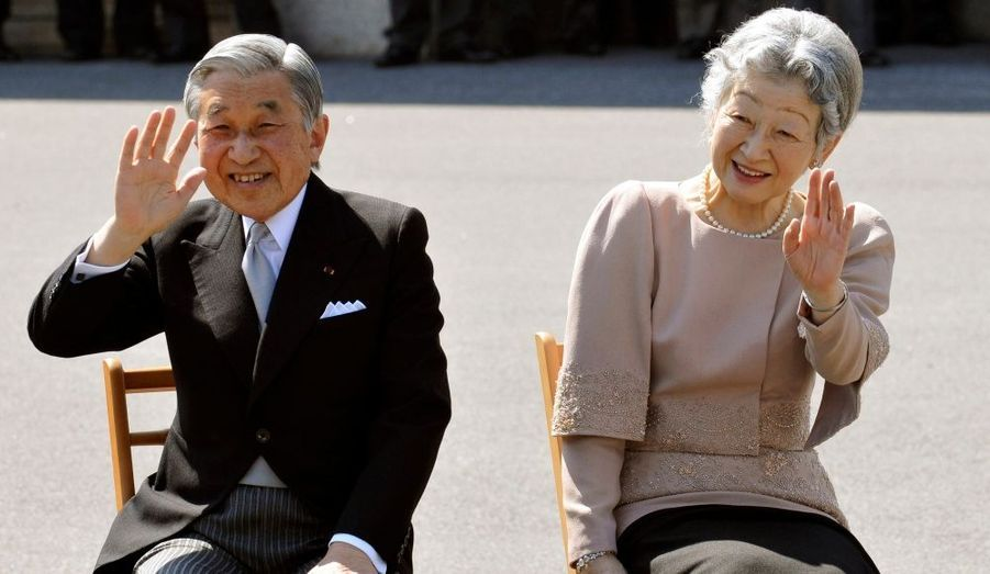 L'empereur Akihito et l'impératrice Michiko fêtent vendredi leurs 50 ans de mariage. Cette fête suscite une vague de nostalgie dans les médias japonais, qui reviennent sur les premiers temps de ce mariage, quand la jeune impératrice était une icône de mode et le symbole d'un Japon nouveau, tourné vers l'avenir. Michiko était en effet la première roturière à épouser un membre de la famille impériale, en 1959. La cérémonie avait d'ailleurs été suivie par des millions de téléspectateurs, bon nombre de familles japonaises s'étant même offert un téléviseur spécialement pour l'occasion.