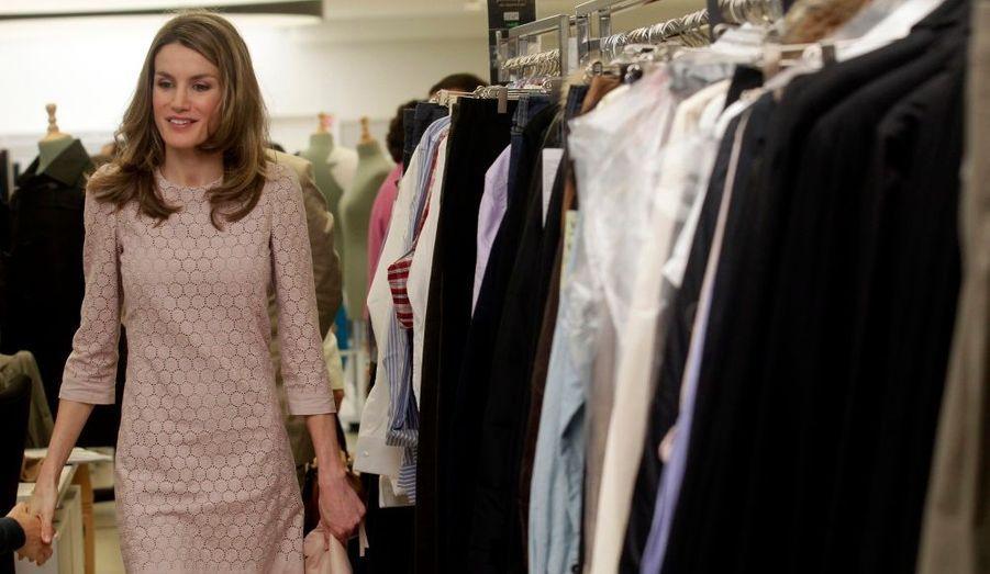 La princesse Letizia d'Espagne visite l'une des principales usines de l'entreprise textile Mango à Palau-Solita i Plegamans, près de Barcelone.