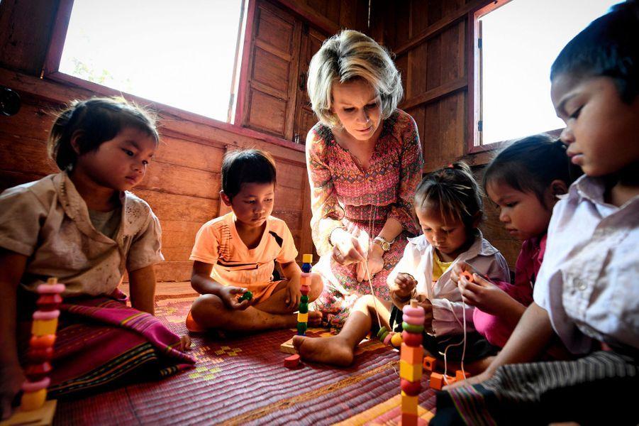 La reine Mathilde de Belgique avec de jeunes enfants au Laos, le 22 février 2017