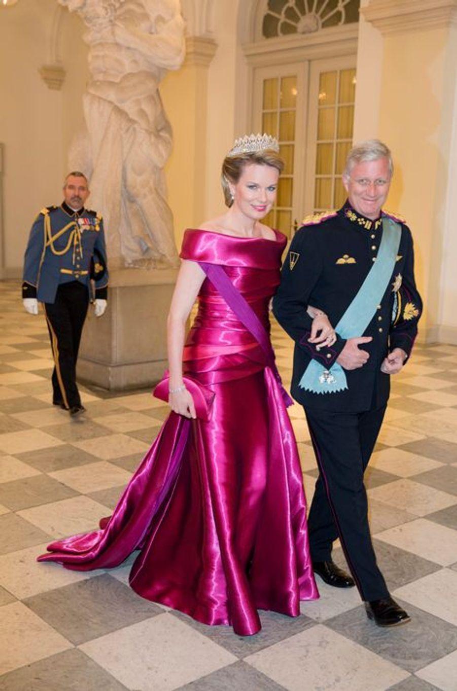 La reine Mathilde de Belgique avec le roi Philippe à Copenhague pour le banquet des 75 ans de la reine Margrethe II de Danemark, le 15 avril 2015