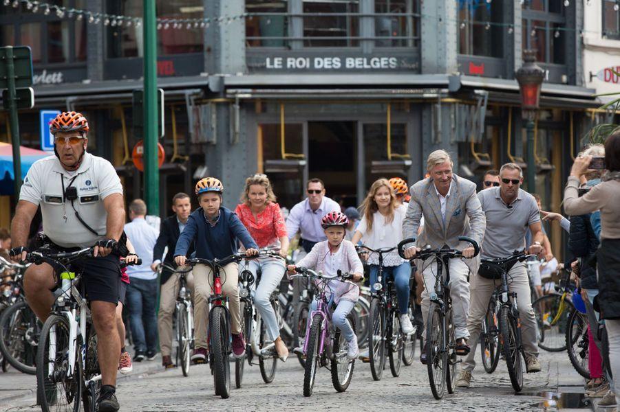 """La reine Mathilde, le roi Philippe de Belgique et leurs enfants devant le bar """"Le Roi des Belges"""" à Bruxelles, le 18 septembre 2016"""