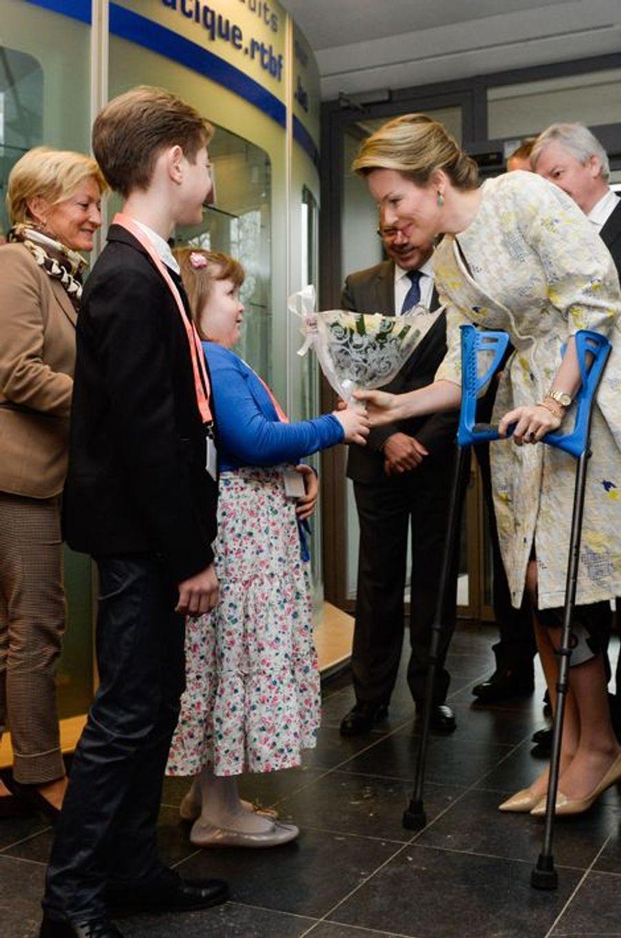 La reine Mathilde et le roi Philippe de Belgique visitent les studios de la RTBF à Bruxelles, le 19 mars 2015