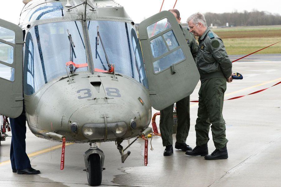 Le roi Philippe de Belgique visite la base aérienne de Beauvechain, le 1er avril 2015