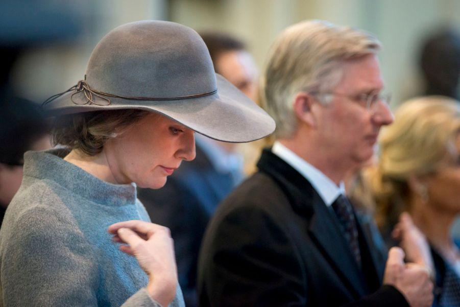 Mathilde et Philippe prient pour la Famille Royale