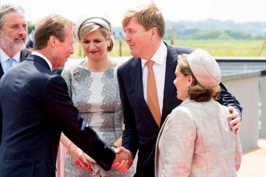 Le roi et la reine des Pays-Bas avec le grand-duc et la grande-duchesse du Luxembourg à Waterloo, le 18 juin 2015