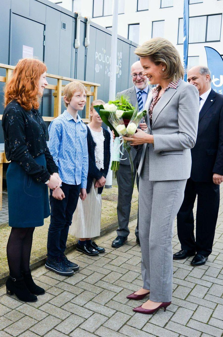 La reine des Belges Mathilde sur le parking de l'hôpital universitaire d'Anvers, le 10 octobre 2017