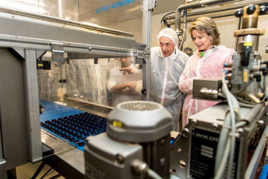 La reine Mathilde de Belgique visite la chocolaterie Belvas à Ghislenghien, le 7 décembre 2017