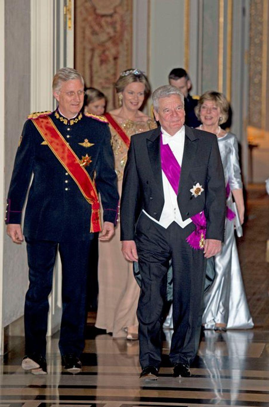 La reine Mathilde et le roi Philippe de Belgique avec le président allemand et sa compagne au château de Laeken à Bruxelles, le 8 mars 2016