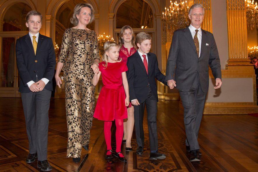 La reine Mathilde et le roi Philippe de Belgique avec leurs enfants, au Palais royal à Bruxelles le 21 décembre 2016
