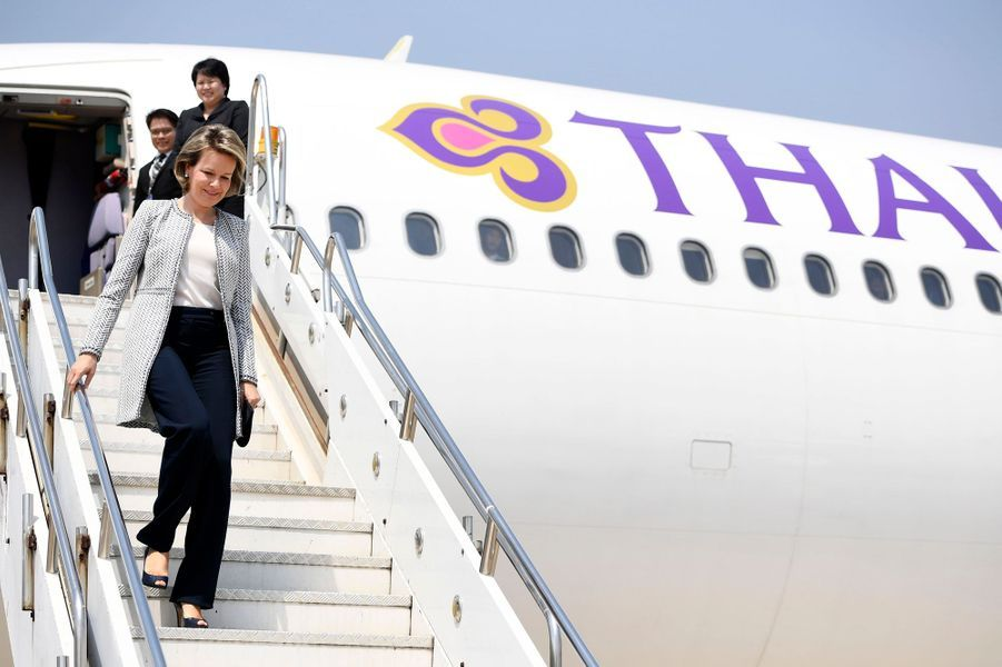 La reine Mathilde de Belgique atterrit à Vientiane au Laos le 20 février 2017