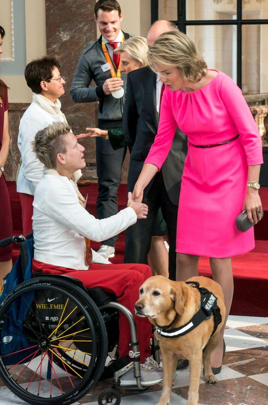 La reine Mathilde de Belgique félicite des médaillés des Jeux paralympiques de Rio, à Bruxelles le 26 octobre 2016