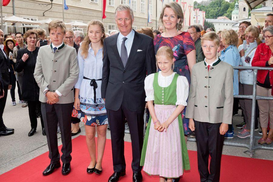 La reine Mathilde et le roi Philippe de Belgique avec leurs quatre enfants à Salzbourg, le 12 août 2017