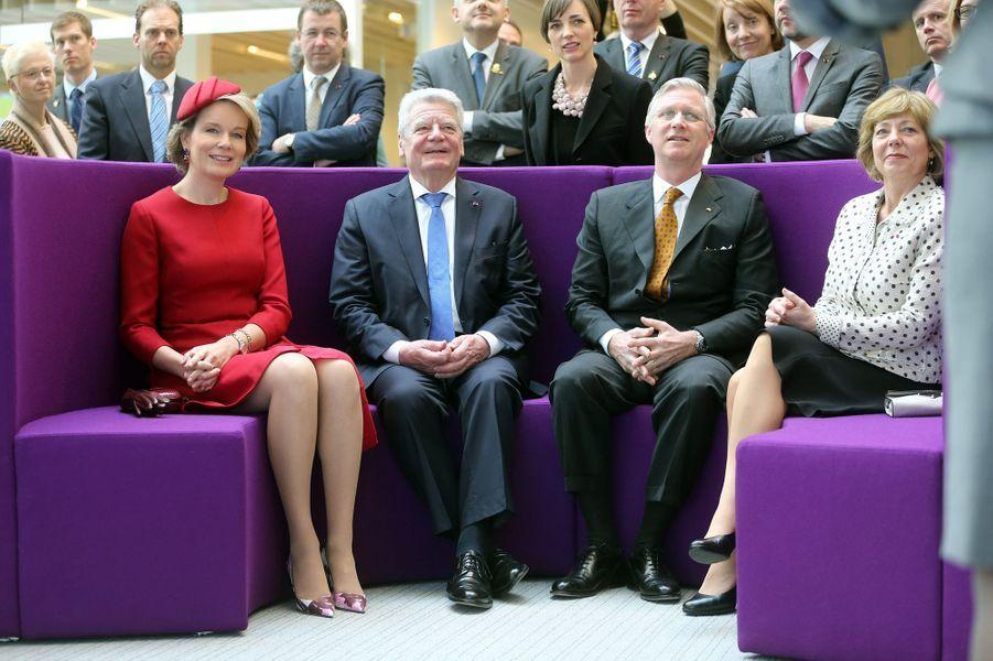 La reine Mathilde et le roi Philippe de Belgique avec le couple présidentiel allemand à Seraing, le 10 mars 2016