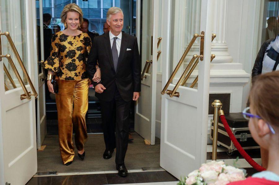 La reine Mathilde et le roi des Belges Philippe arrivent au Théâtre royal de la Monnaie à Bruxelles, le 6 septembre 2017