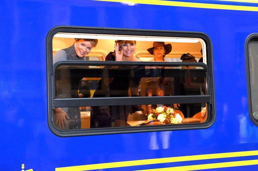 Les reines Maxima des Pays-Bas et Mathilde de Belgique dans le train à Utrecht, le 30 novembre 2016
