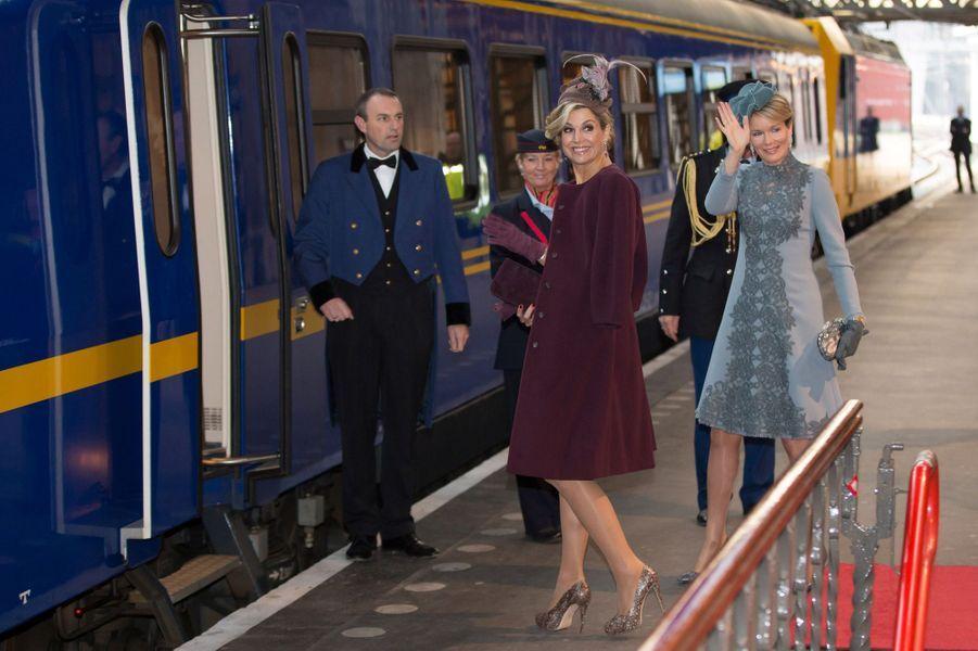 Les reines Maxima des Pays-Bas et Mathilde de Belgique vont prendre le train pour aller à la gare d'Utrecht, le 30 novembre 2016