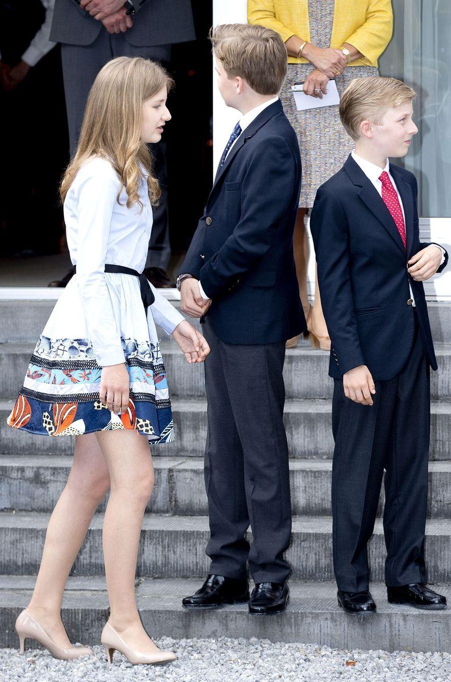 La princesse Elisabeth de Belgique avec ses frères les princes Gabriel et Emmanuel à Waterloo, le 29 juin 2017