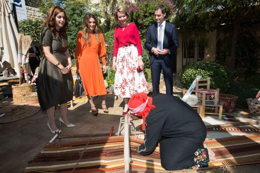 La reine Rania de Jordanie et la reine Mathilde de Belgique avec une tisseuse traditionnelle à Amman, le 25 octobre 2016