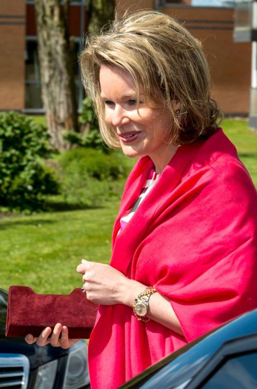 La reine Mathilde de Belgique au centre des «Amis des aveugles» à Ghlin, le 24 avril 2015