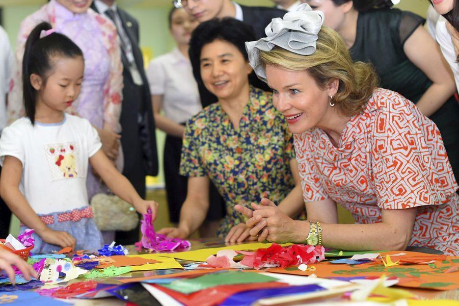 La reine Mathilde de Belgique dans une école maternelle de Wuhan, le 22 juin 2015