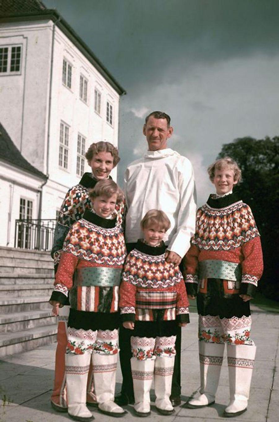 Margrethe de Danemark avec ses parents et ses soeurs, en 1952