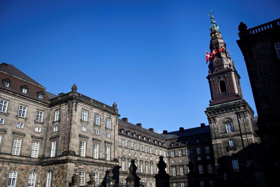 Drapeau en berne au palais de Chistiansborg, siège du parlement,en hommage auprince Henrik du Danemark.