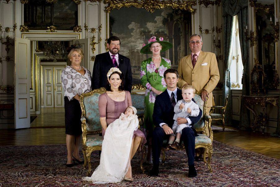 La princesse Isabella de Danemark, avec ses parents, son grand frère et ses grands-parents, le 1er juillet 2007