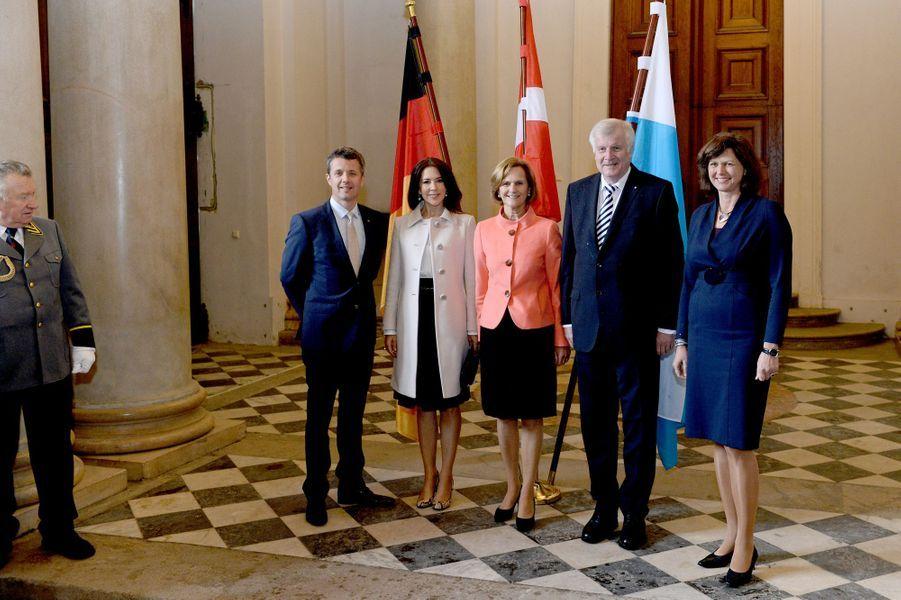 La princesse Mary et le prince Frederik avec le président-ministre de Bavière, sa femme et la ministre de l'Economie à Munich, le 20 mai 2015