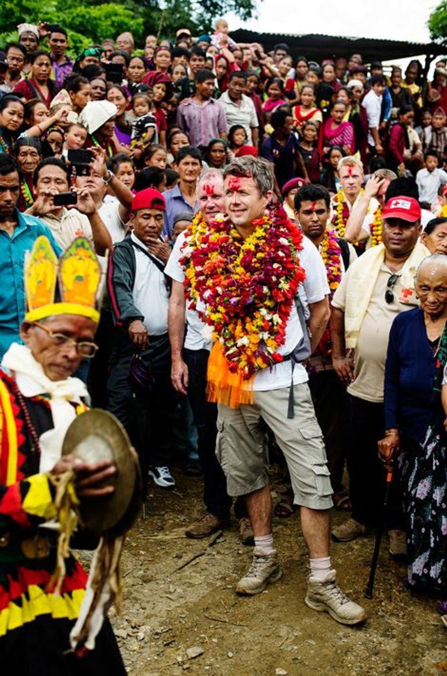 Le prince Frederik de Danemark dans le district de Lamjung au Népal, le 19 septembre 2015