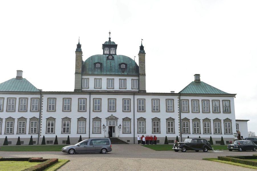 Le cercueil du prince Henrik quitte le palais de Fredensborg pour celui d'Amalienborg à Copenhague, accompagné par la famille royale danoise.