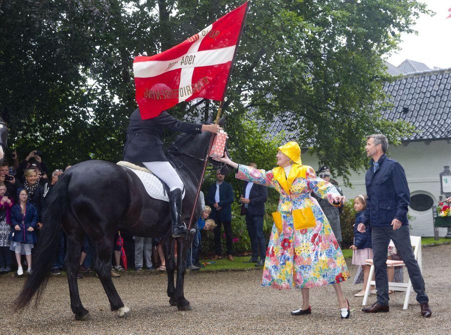 La Famille Royale Du Danemark Assiste Au Passage Du Ringriding Au Château De Gråsten  1